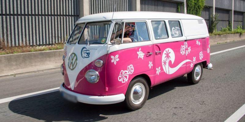 Volkswagen Utilitaires Combi Summer festival 70 ans rose fluo