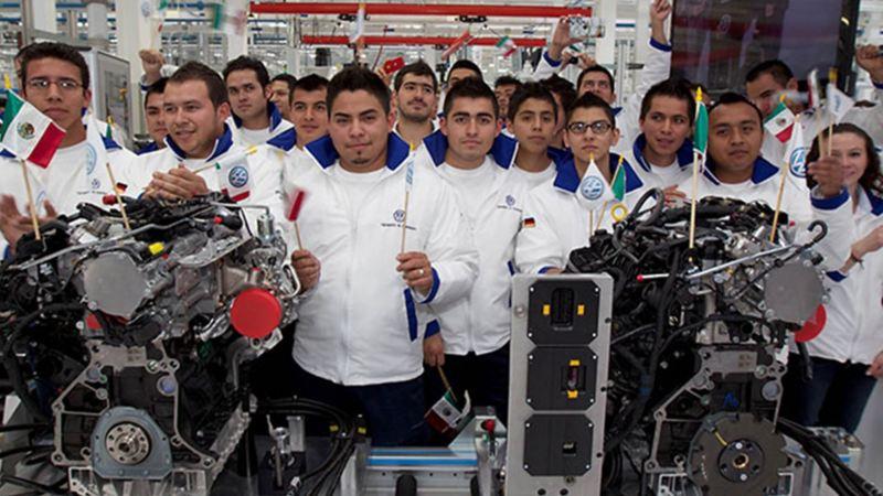 Historia moderna de Volkswagen México - Empleados de planta VW con piezas de automóviles