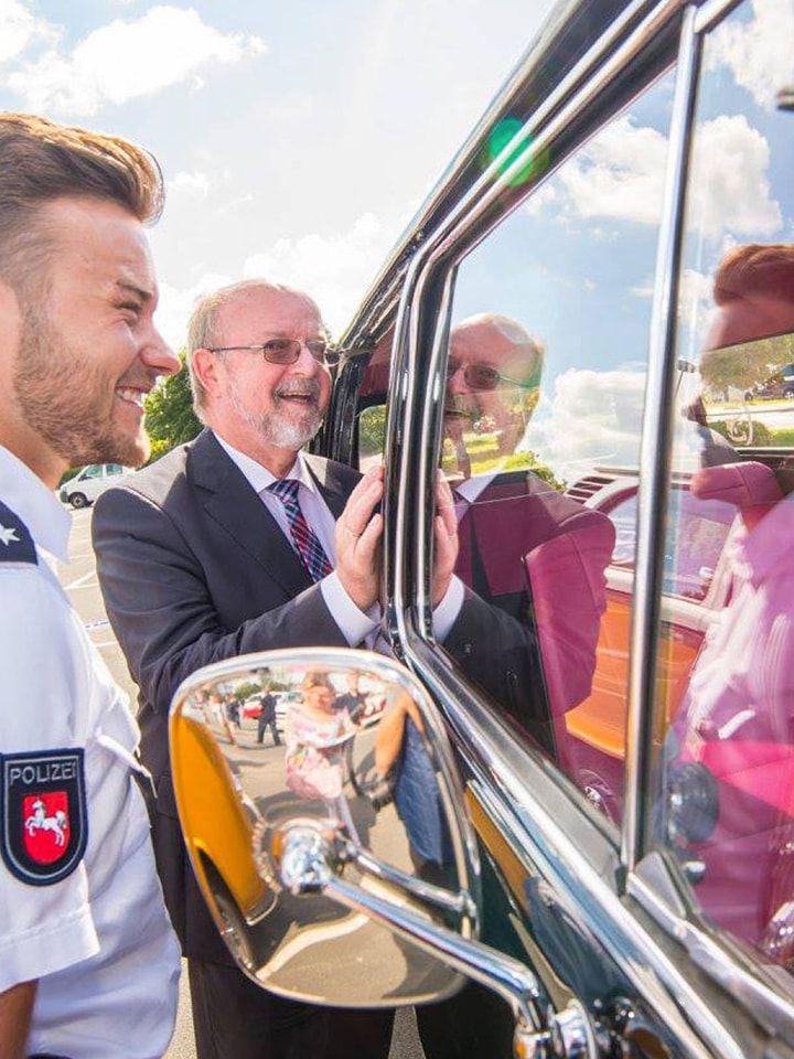Volkswagen Utilitaires Combi Summer festival 70 ans police