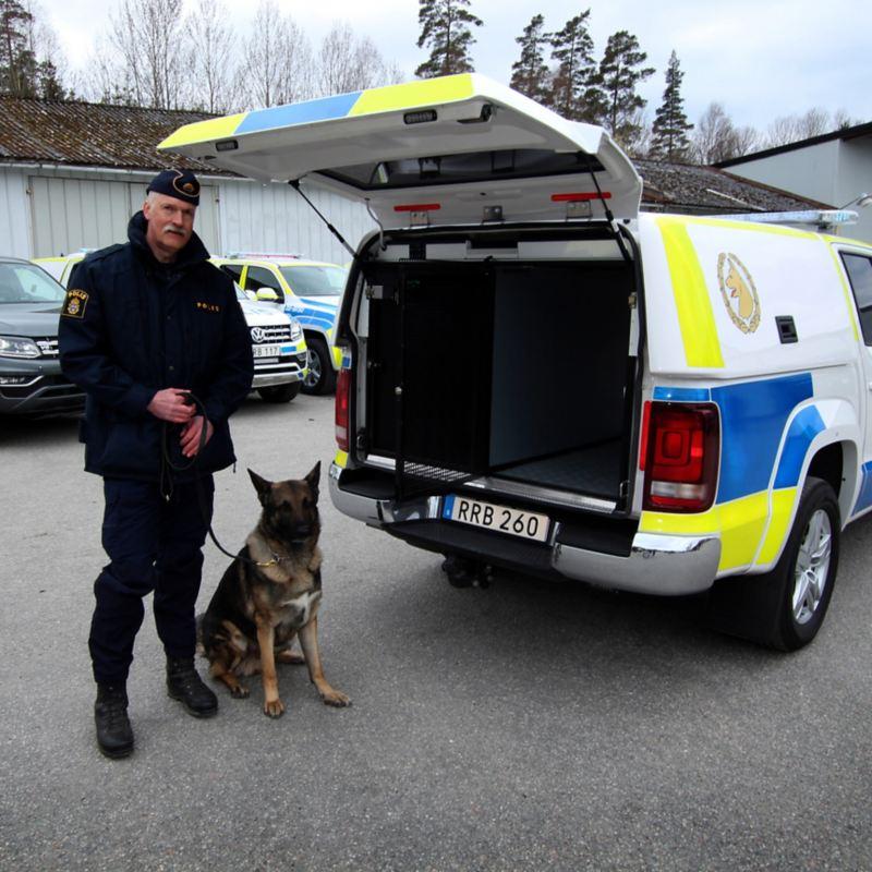 Polisbil Amok med polishund och hundförare