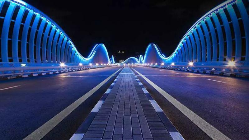 pont illuminé la nuit