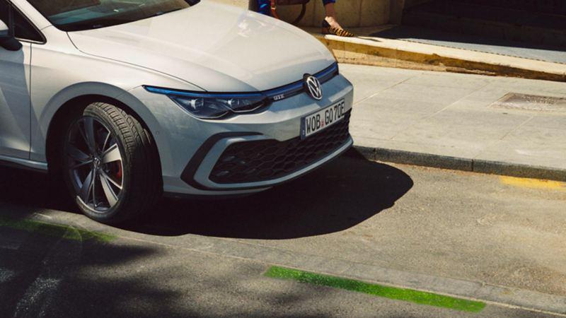 Volkswagen Golf GTE parkert i en gate, sett fra siden