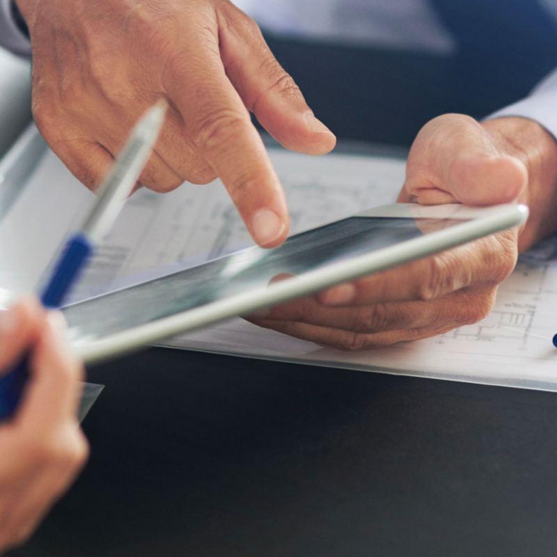 Due uomini indicano sul tablet  il Preventivo Business