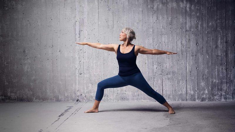 Kvinna visar en yoga-övning