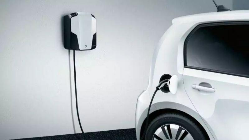 rechargement d'un vehicule electrique volfwagen  dans un garage, prise au mur