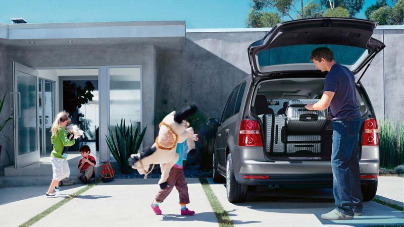 Camioneta familiar con respaldo Volkswagen para asistencia vial de envío de grúa, taxi o auto rentado