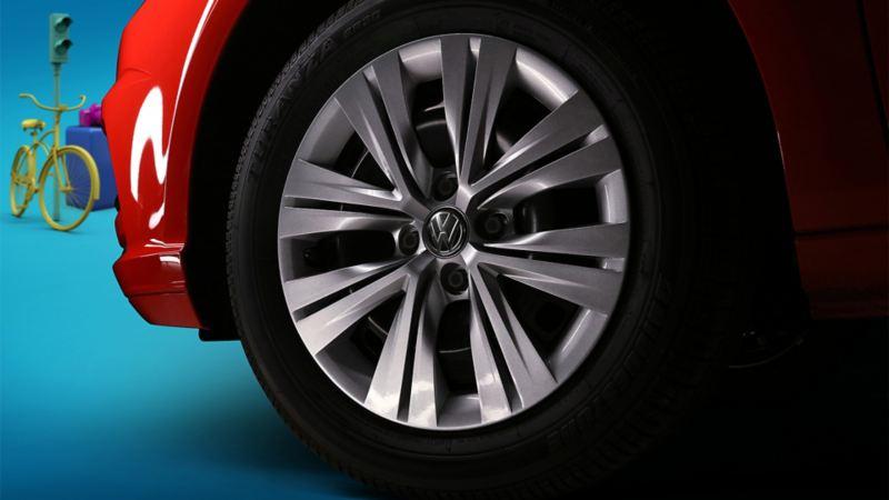 Detalle del rin de 15'' de Gol de Volkswagen color rojo flash