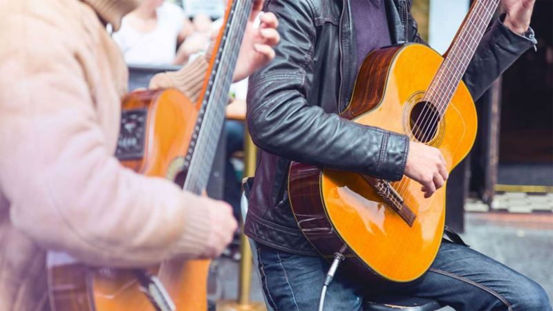 Zwei Musiker spielen Gitarre
