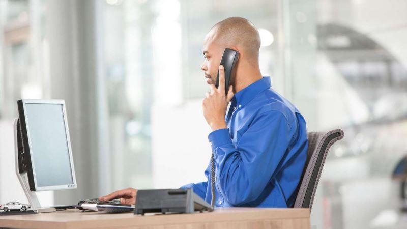 opérateur téléphonique devant un écran
