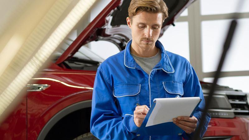 Auto siendo revisado con Service Xpress Volkswagen, el mantenimiento automotriz siempre a la vista.