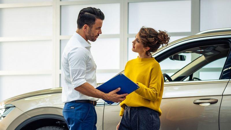 Mujer obteniendo servicio de mantenimiento de auto sin cita, parte de beneficios de Service Xpress Volkswagen