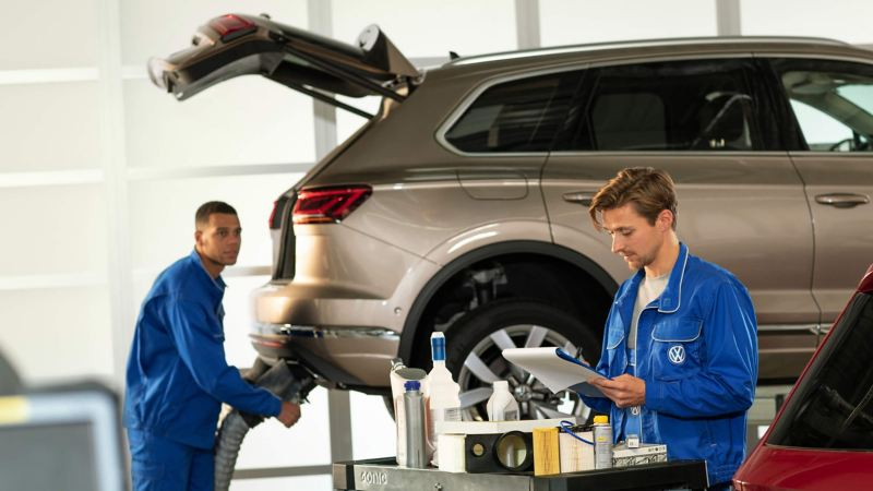 2 Volkswagen service employees in a car services centre