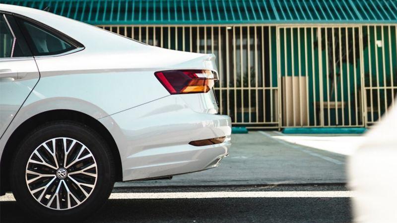 Jetta saliendo de taller de Volkswagen después de recibir el mejor mantenimiento de carrocería y pintura