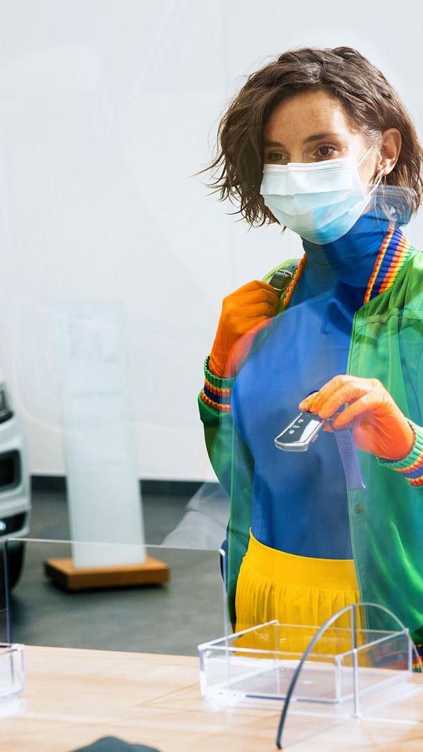 Servicios Postventa Volkswagen - Mujer contratando servicio de mantenimiento para su automóvil VW durante contingencia sanitaria