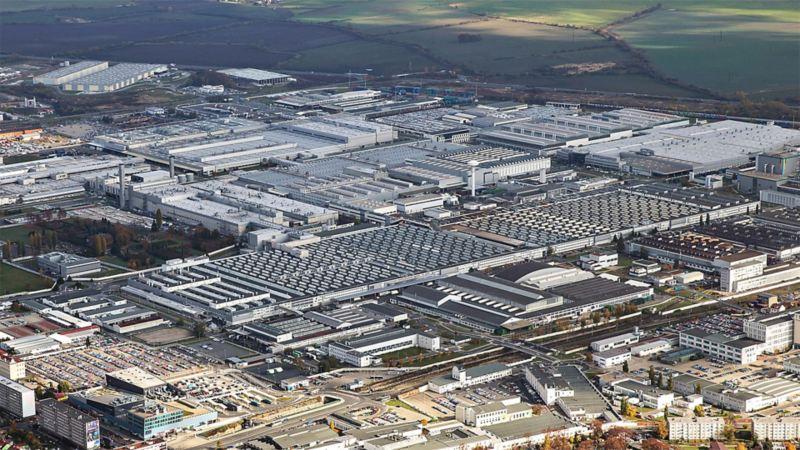 Blick von oben auf das Volkswagen Werk in Tschechien