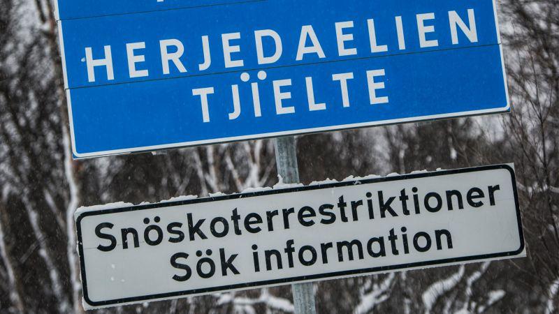 Vägskylt som informerar om snöskoterrestriktioner i Härjedalen