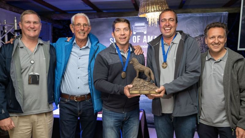 Das Gewinnerteam des internationalen Spirit of Amarok 2018 präsentiert die begehrte Wolf Trophy.
