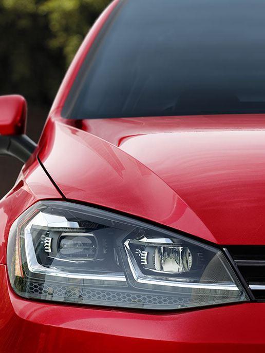 Une Golf SportWagen rouge vue de l'avant