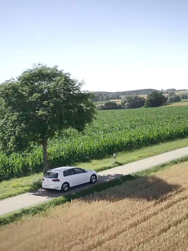 e-golf VW ferma all'ombra sotto un albero in una strada di campagna