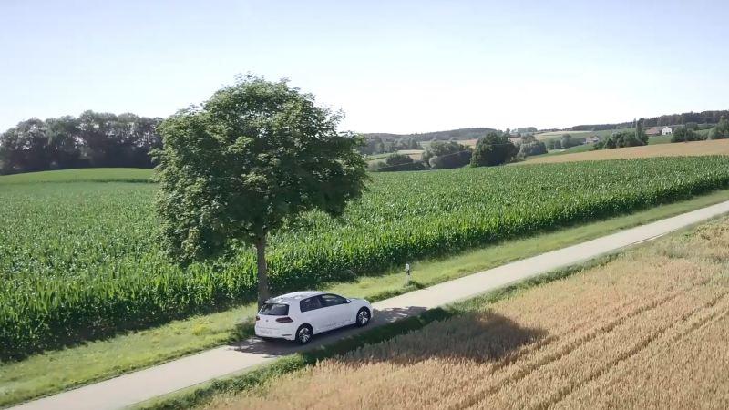 e-Golf a conduzir numa estrada no campo