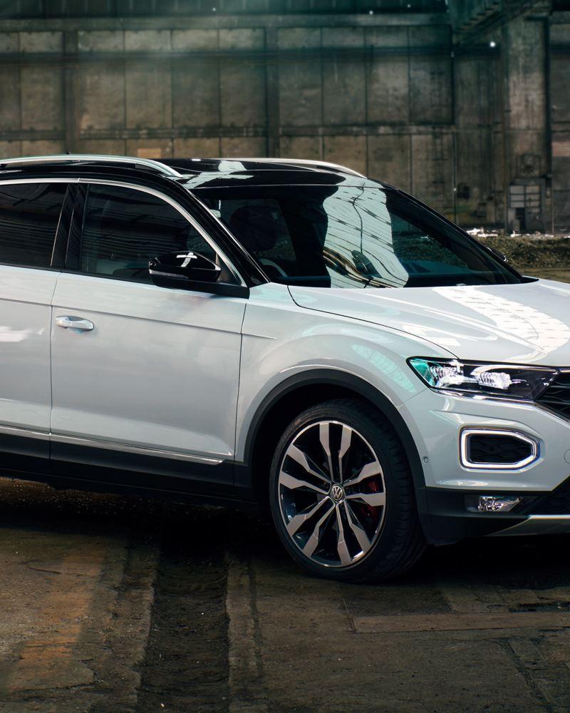 Volkswagen T-Roc bianca sulla strada