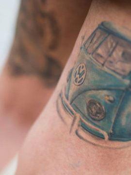 Imagem detalhada de uma tatuagem da Pão de Forma no braço de um dos participante do Festival de Verão Pão de Forma.