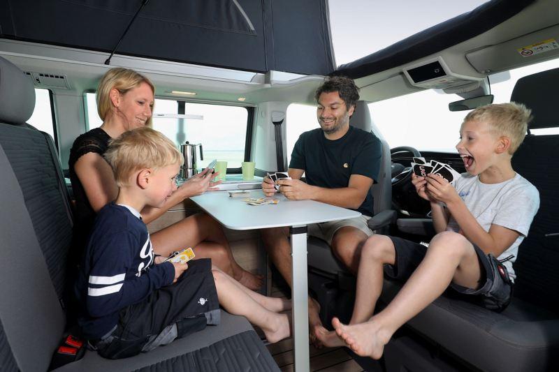 Czteroosobowa rodzina siedzi przy stole we wnętrzu Nowej Californii 6.1