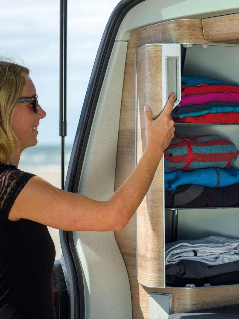 Kobieta układa ubrania w szafce w Nowej Californii 6.1