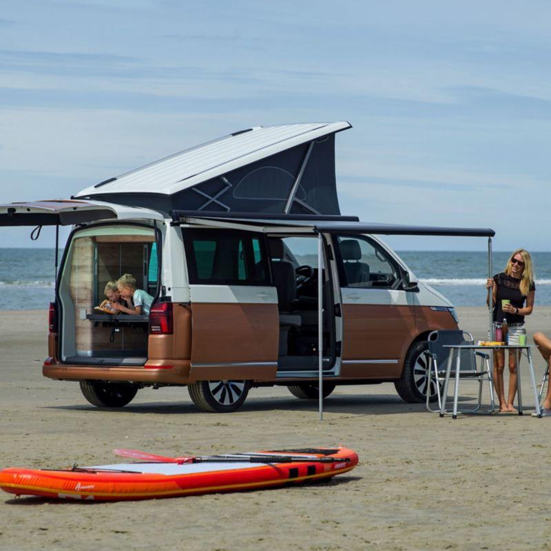 Volkswagen California 6.1 i rodzina na plaży