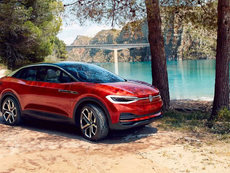 Volkswagen ID. CROZZ parkert ved en innsjø, sett skrått forfra