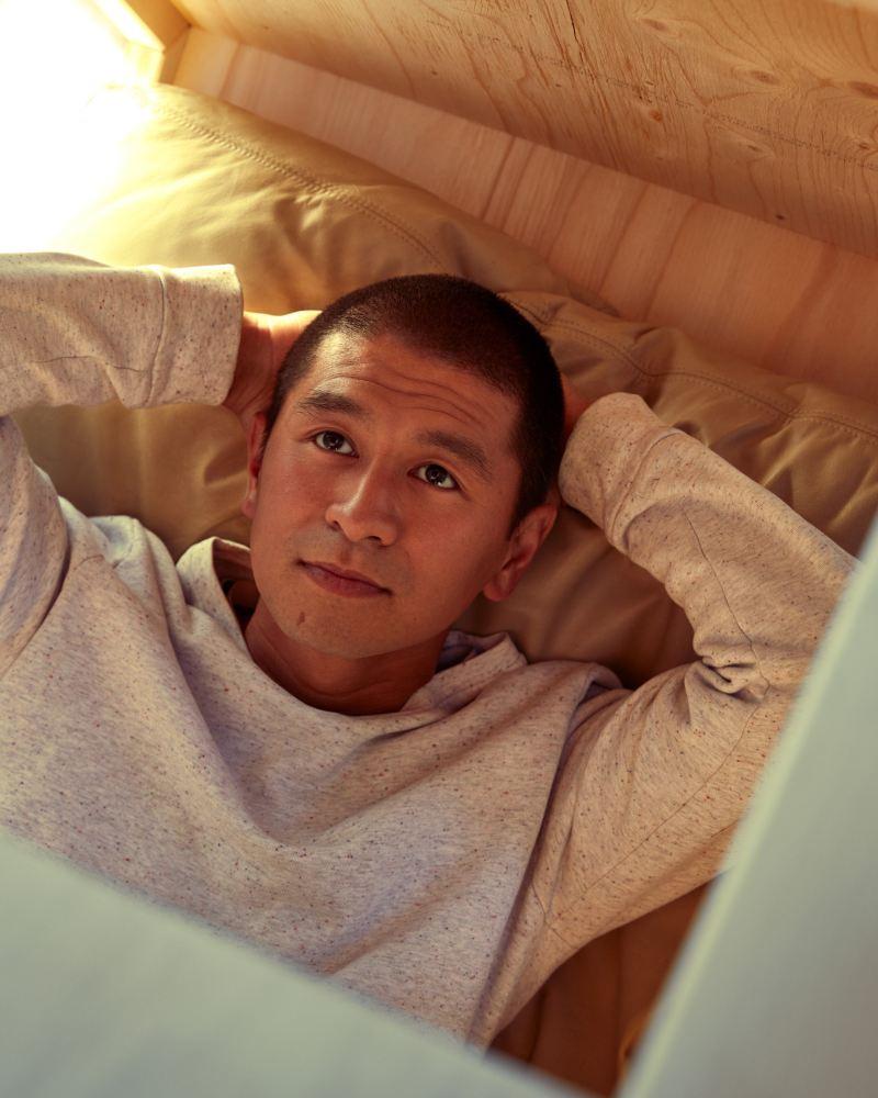 O Van Bo está deitado na sua casa de um metro quadrado.