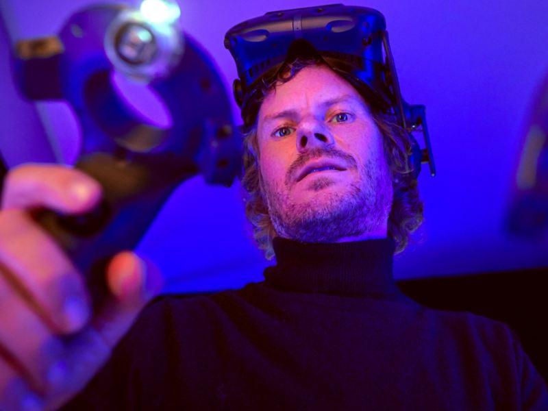 Leo con gli occhiali VR sulla fronte