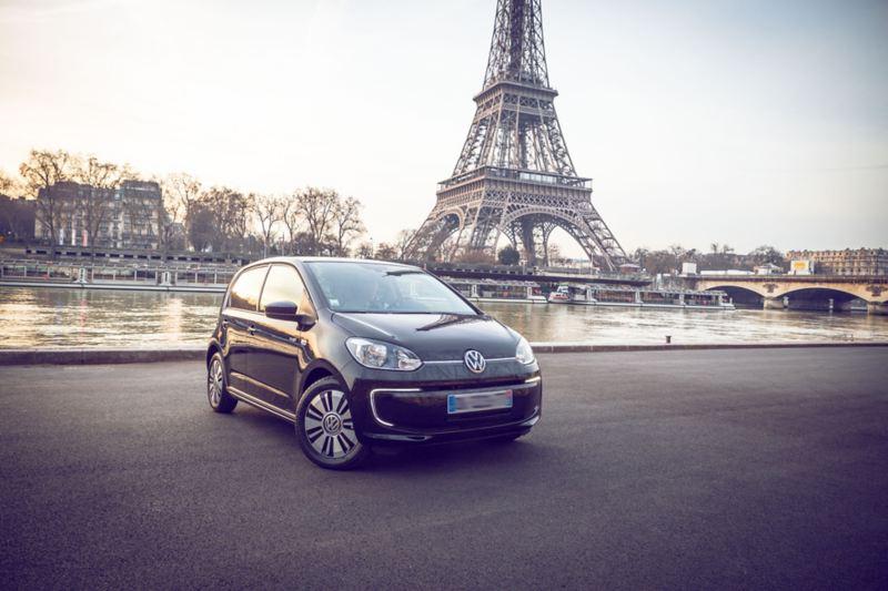 El Volkswagen e-up! frente a la torre Eiffel