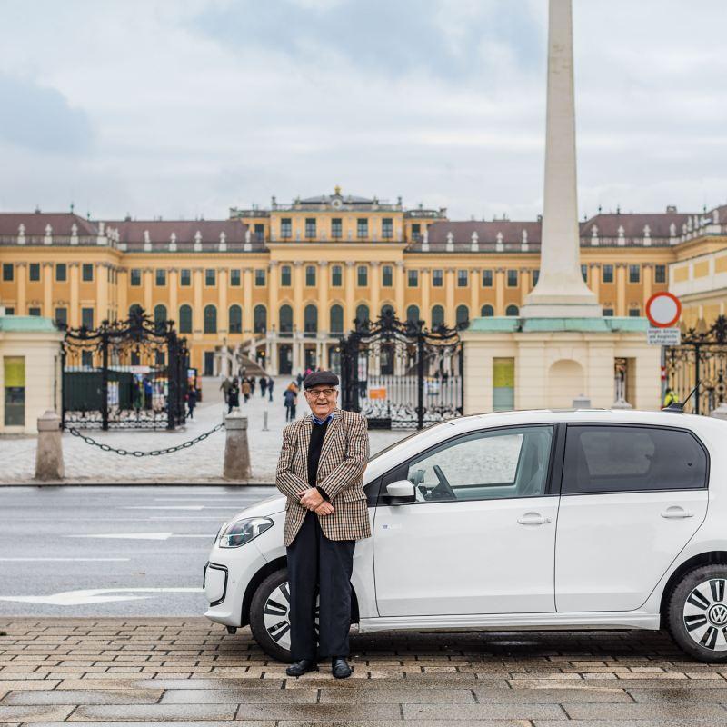 Gerhard Heinz i jego e-up! zaparkowany przed pałacem Schönbrunn w Wiedniu.