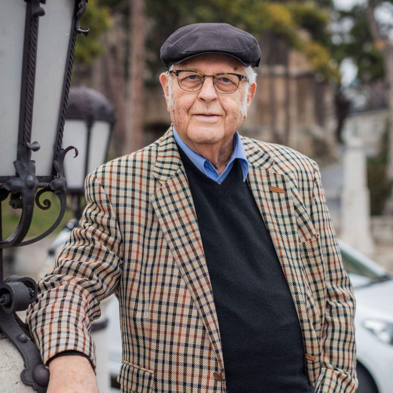 Heinz Gerhard und sein geparkter e-up!