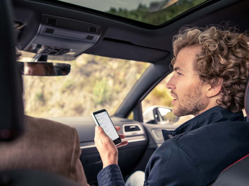 Un uomo utilizza uno smartphone.