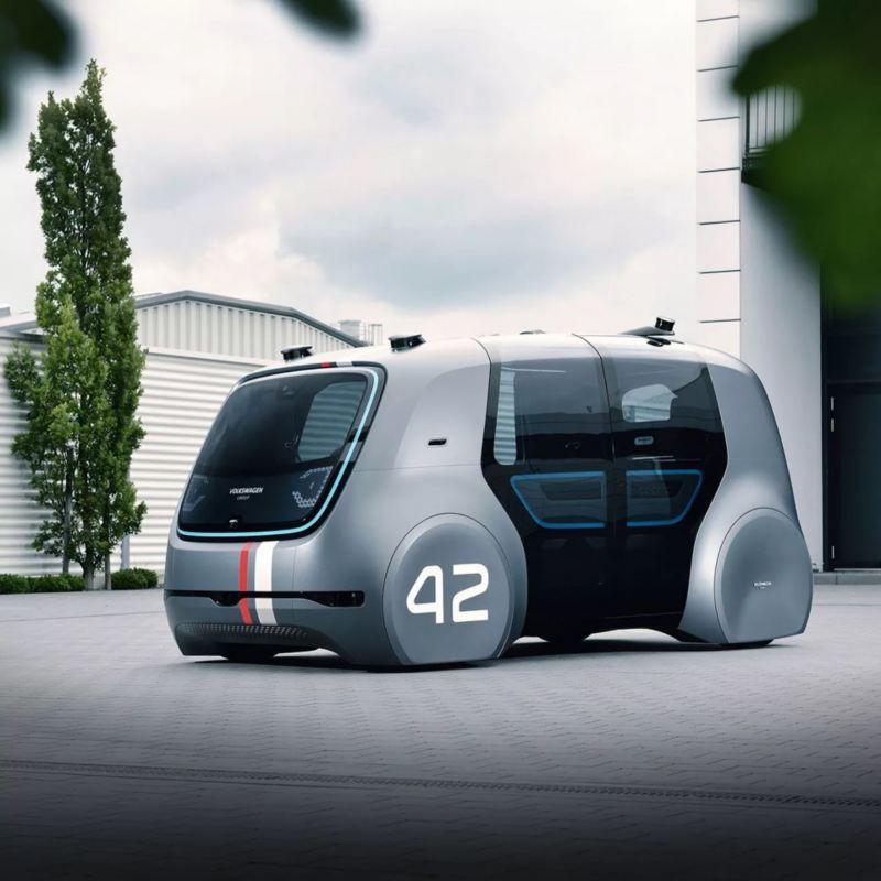 Coche autónomo de Volkswagen circulando por un parking