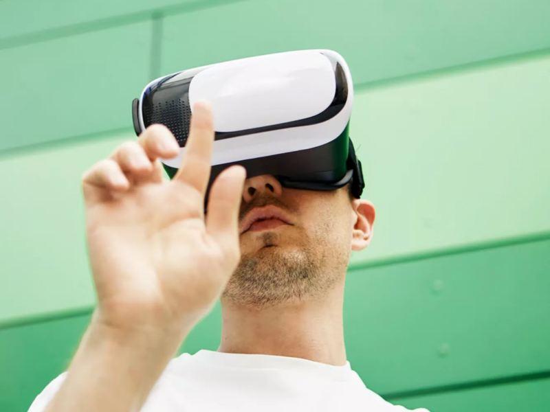 Primer plano de un hombre con unas gafas de realidad virtual