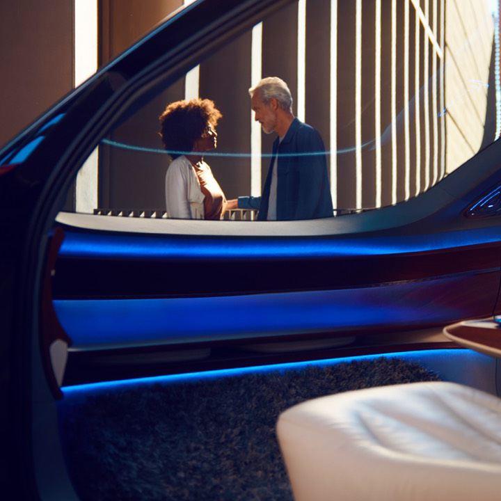 Pareja hablando en la calle vistos desde el interior de un Volkswagen futurista