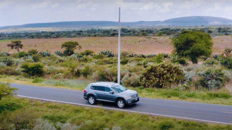 Teramont 2019, la camioneta familiar de Volkswagen en marcha sobre carretera