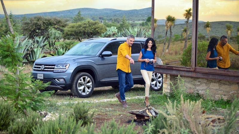 SUV Teramont 2019 de Volkswagen en tono gris platino estacionada en exterior
