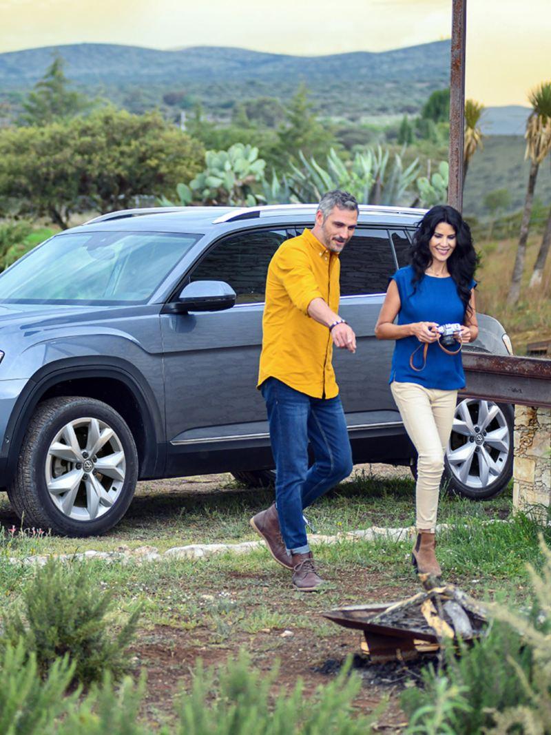 SUV Teramont 2020 de Volkswagen en tono gris platino estacionada en exterior