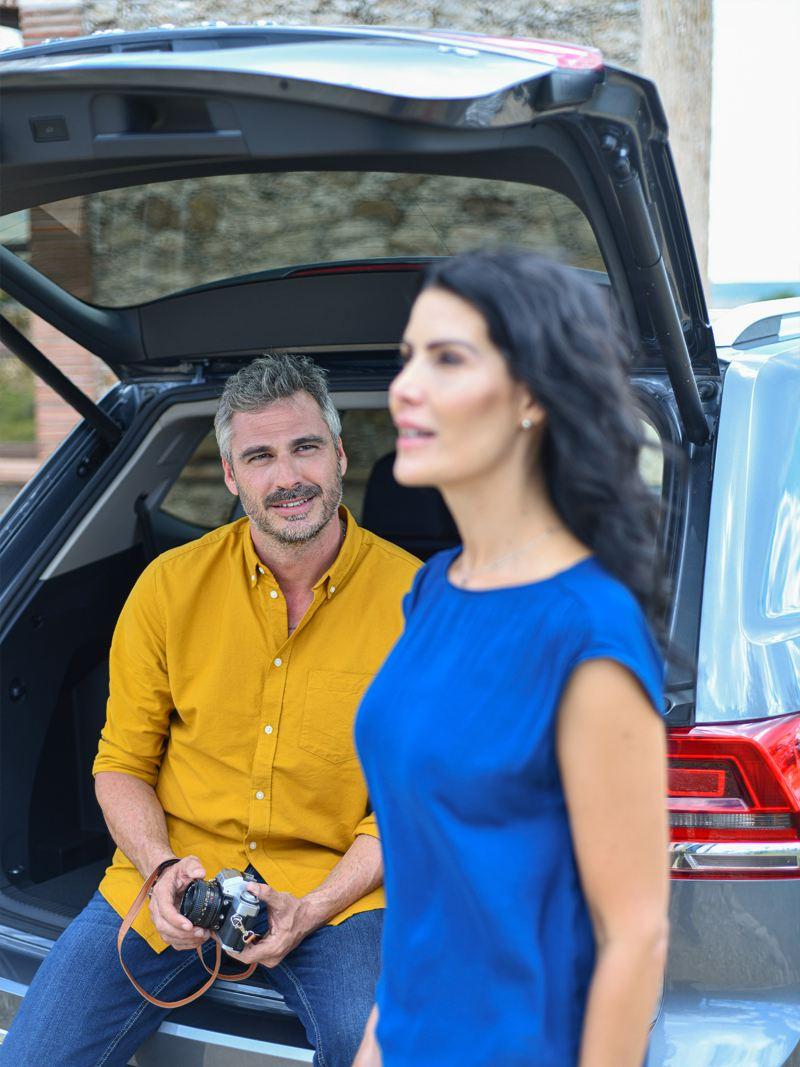 Pareja disfrutando en Teramont SUV de Volkswagen