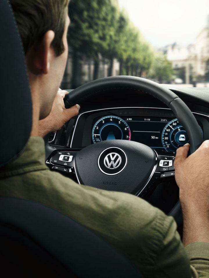 Un homme au volant d'une Volkswagen pendant un essai routier