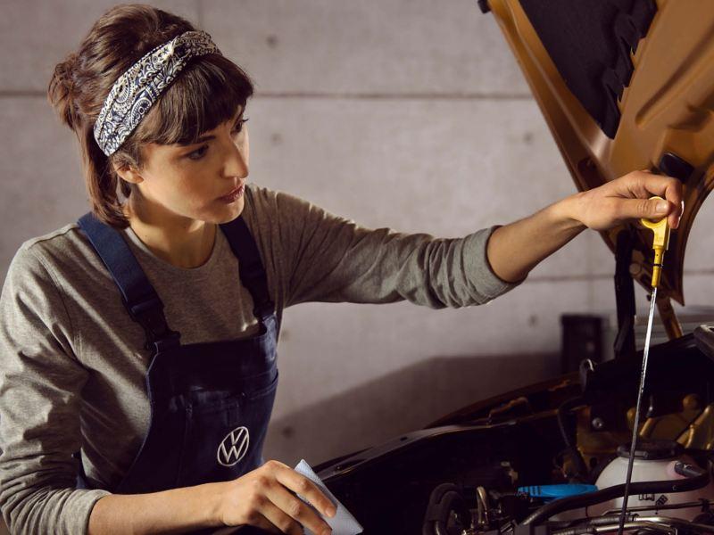 female_mechanic_fixing_van
