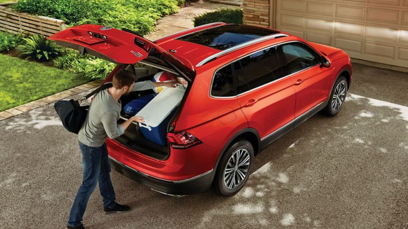 Men putting a lot of stuff in the Tiguan