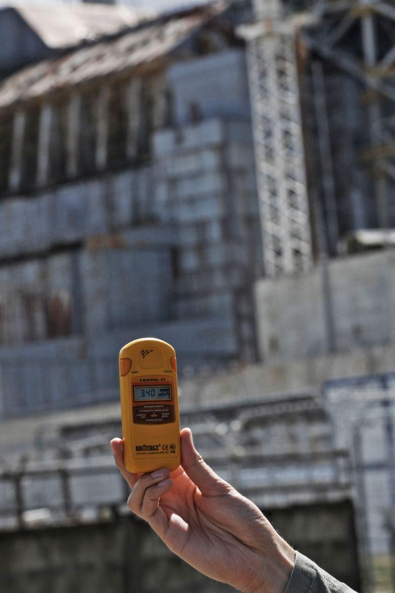 Gul geigermätare som visar radioaktivitet
