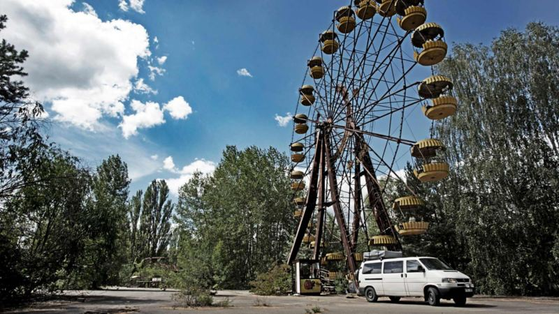 Vit Caravelle framför pariserhjul i Pripjat, Tjernobyl