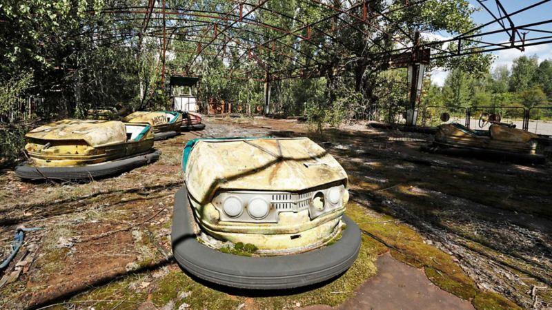 Övergivna radiobilar i nöjespark i Tjernobyl