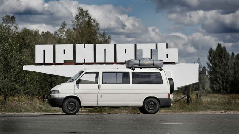 Vit Caravelle bredvid skylt i Ukraina